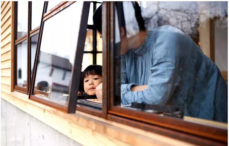 Mẫu cửa sổ khung gỗ đơn giản cho nhà ống. 2
