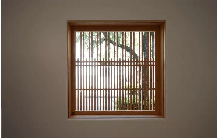 Mẫu cửa sổ khung gỗ đơn giản cho nhà ống. 5