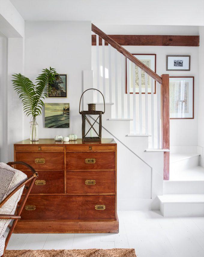 Thiết kế nội thất nhà chất liệu gỗ tự nhiên - Cầu thang và tủ gỗ